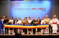 La danse traditionnelle roumaine envoûte le public hanoïen