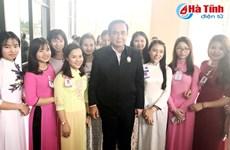 Le Premier ministre thaïlandais rencontre des étudiants vietnamiens