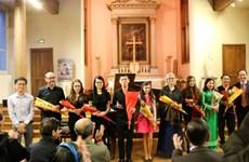 Un concert spécial pour collecter des aides pour les étudiants vietnamiens méritants