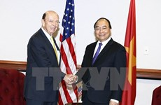Le PM Nguyên Xuân Phuc rencontre le secrétaire américain au Commerce Wilbur Ross
