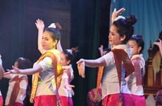 Festival de musique folklorique et défilé de mode pour célébrer les liens Vietnam-Laos