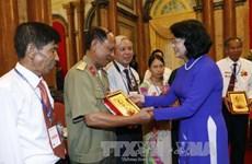 Hanoï organise une rencontre avec des personnes méritantes exemplaires de la Patrie