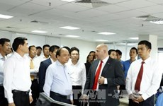 Le PM Nguyen Xuan Phuc visite le port international de Cai Mep
