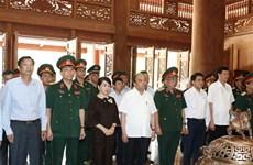 Le PM Nguyen Xuan Phuc offre de l'encens au président Ho Chi Minh au site K9