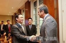 Le vice-PM Vuong Dinh Hue travaille avec des dirigeants de l'OMC