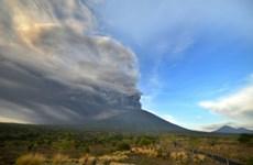 Volcan à Bali: des dizaines de vols annulés