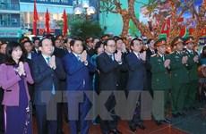 Rendre hommages aux morts lors de la bataille de Hanoi-Dien Bien Phu aérien