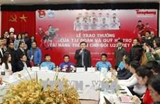 Le CC de l'Union de la jeunesse communiste récompense des membres de la sélection U23