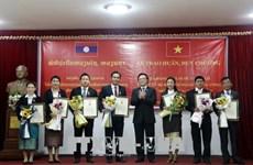 Distinction d'officiels laotiens pour leurs contributions aux relations bilatérales