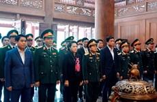 La présidente de l'AN offre de l'encens au Président Ho Chi Minh au site K9