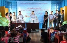 Inauguration d'une école flottante pour les enfants Viêt Kiêu sur le Tonlé Sap
