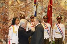 L'Ordre de l'Etoile d'or remis au président cubain Raul Castro Ruz