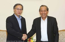 Le vice-PM Truong Hoa Binh reçoit un vice-ministre de l'Intérieur de Singapour