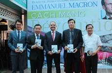 """Le livre """"Révolution"""" du président français Emmanuel Macron traduit en vietnamien"""