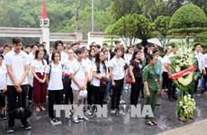 Des jeunes Viet kieu brûlent de l'encens au sein du site historique du carrefour de Dong Loc