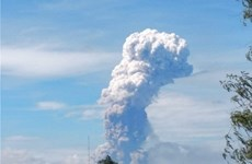 Après le séisme et le tsunami, le volcan indonésien Soputan entre en éruption
