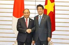 Le PM Nguyen Xuan Phuc s'entretient avec son homologue japonais Shinzo Abe