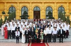 Le secrétaire général et président Nguyên Phu Trong félicite les meilleurs étudiants