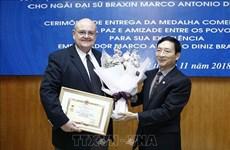 Insigne pour la paix et l'amitié entre les nations à l'ambassadeur brésilien au Vietnam