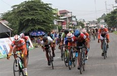 Course nationale de cyclisme vers la zone rurale : un coureur japonais endosse le maillot d'or