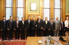Le vice-président de l'AN Phung Quoc Hien en visite de travail en Hongrie