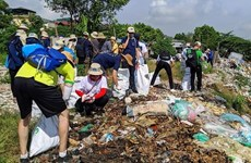 Efforts communs pour nettoyer le pont Long Bien