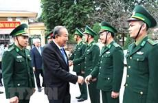 Le vice-PM Truong Hoa Binh offre des cadeaux aux populations et élèves de Ha Giang