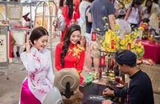 Demander une calligraphie à l'occasion du Têt, une coutume des Vietnamiens