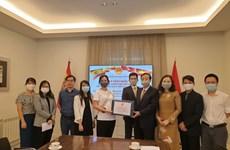 Le gouvernement vietnamien offre des masques à la communauté des Vietnamiens en Espagne