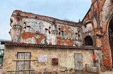 La beauté d'une église en ruine de Nam Dinh