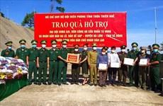Thua Thien-Hue offre des cadeaux aux forces armées, aux résidents frontaliers du Laos