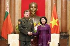 La vice-présidente Dang Thi Ngoc Thinh reçoit le ministre biélorusse de la Défense