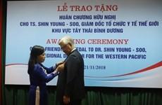 Remise de l'ordre de l'amitié au directeur régional de l'OMS pour le Pacifique occidental