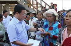Remise de cadeaux à des personnes démunies dans la région du lac Tonlé Sap