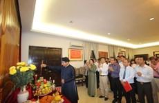 Offrande d'encens aux rois fondateurs Hung en Malaisie