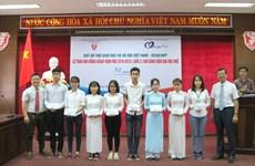 Remise de bourses à des étudiants brillants mais démunis à Thua Thien-Huê