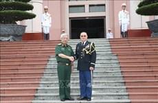 Le général Nguyen Chi Vinh reçoit l'attaché de défense des États-Unis