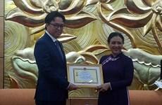 """Insigne """"Pour la paix et l'amitié entre les nations"""" à l'ambassadeur du Cambodge au Vietnam"""