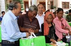 Le vice-PM Truong Hoa Binh remet des aides à des personnes démunies à Binh Phuoc