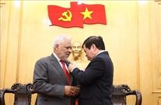 L'ambassadeur du Venezuela reçoit l'insigne de l'Académie nationale de politique Ho Chi Minh
