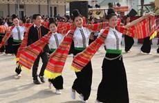 La danse xoè des Thai, main dans la main