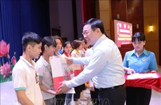 Le vice-PM Vuong Dinh Hue offre des cadeaux du Têt aux ouvriers et démunis à Tay Ninh