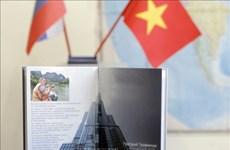 """Le livre """"Vietnam prend son envol""""contribue à resserrer l'amitié Vietnam-Russie"""