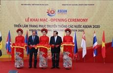Ouverture d'une exposition de costumes traditionnels de l'ASEAN à Hanoï