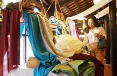 Défilé de mode pour présenter la soie et les brocatelles de Lam Dong