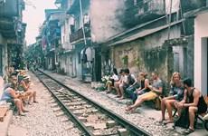 Le tourisme d'aventure le long du vieux chemin de fer à Hanoï