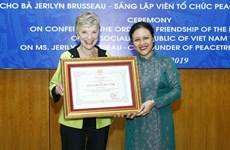 """Remise de l'Ordre d'amitié à la fondatrice de l'organisation """"Peace Trees Vietnam"""""""