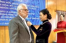 L'insigne « Pour la paix, l'amitié entre les peuples » à l'ambassadeur vénézuélien au Vietnam