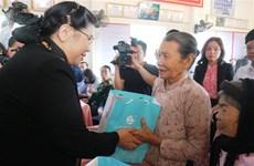 Des dirigeants offrent des cadeaux du Tet à des familles démunies à plusieurs localités