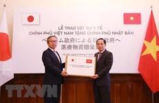 Le Vietnam remet des fournitures médicales au Japon